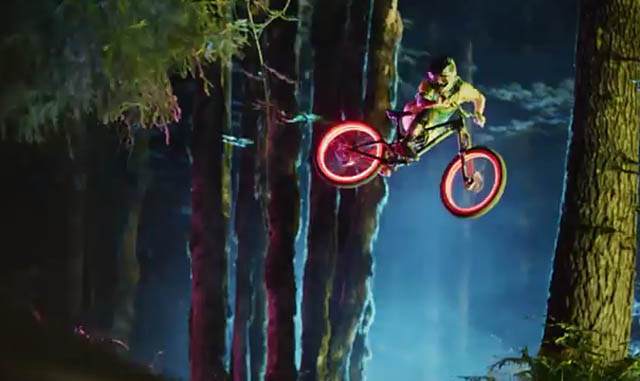 Philips Ambilight-Film Darklight: Mountainbiking im LED-Wald mit Licht-Effekten