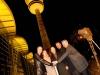 Startschuss für die Jubiläums-Show: Die Moderatoren Thomas Herrmanns und Monica Lierhaus, Hamburgs Bürgermeister Olaf Scholz, der Verlagsgeschäftsführer der Funke Mediengruppe, Jochen Beckmann, sowie Roger Karner, Geschäftsführer Philips leuchten die Goldene Kamera 2015 ein (v.l.)